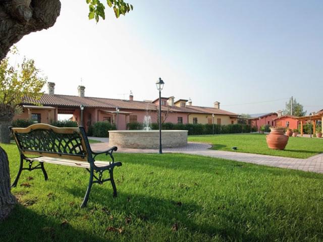 Appartamenti con piscina nell'entroterra Fanese Rif 970